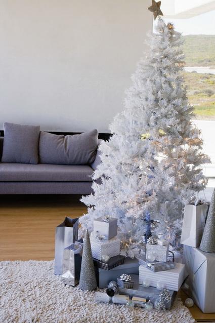 Decoraci n navide a en blanco y plateado decorando el hogar - Arboles de navidad dorados ...
