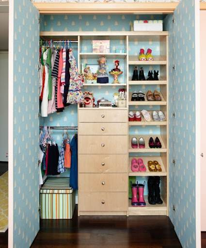 Color en el fondo de armario decorando el hogar - Armarios para espacios pequenos ...